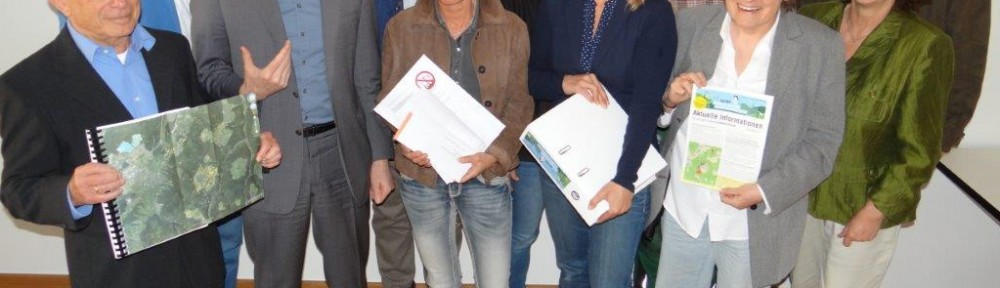 Die Vertreterinnen und Vertreter der Bürgerinitiativen bei der Übergabe an Verbandsdirektor Gerd Hager.