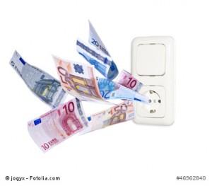 Strom ist teuer – Steckdose mit Euroscheinen